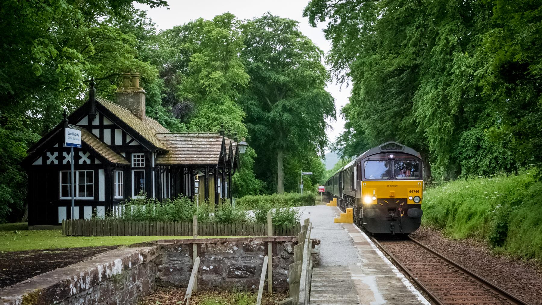 Royal_Scotsman_passing_Dunrobin_Castle_Station_(geograph_5442482).jpg